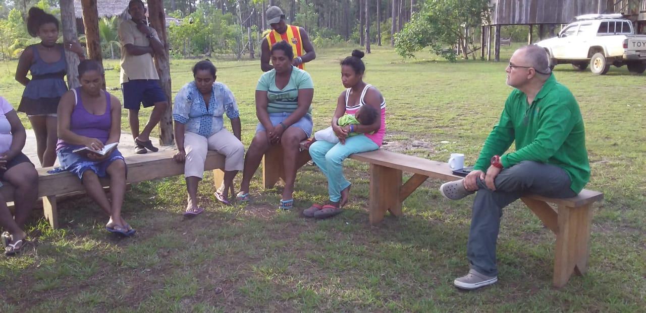 Mujeres reunidas con nuestro director de investigación